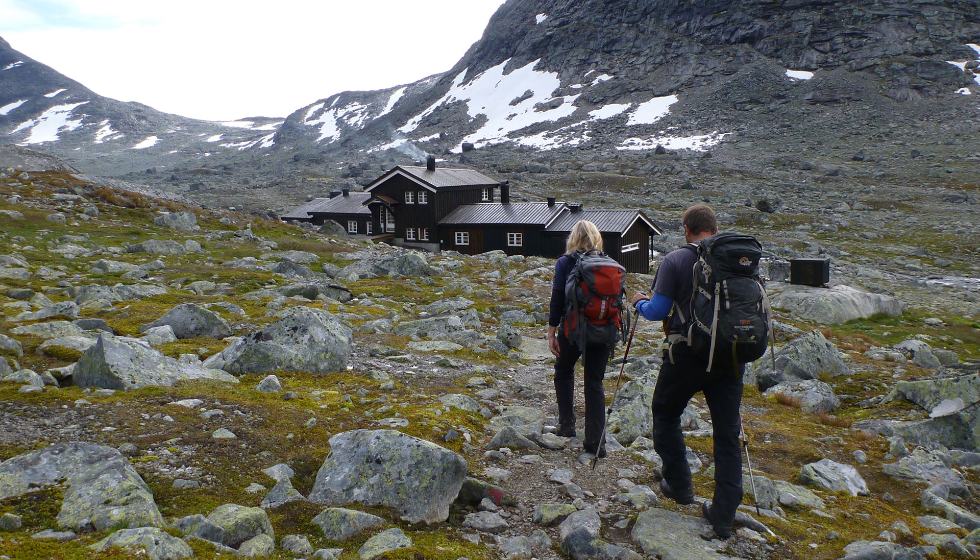 People hiking to Olavsbu.